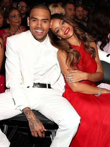 Chris Brown agredió a Rihanna en el 2009, dejándole la cara desfigurada y con moretones, y al entregarse a la policía se le prohibió su presentación en los premios.