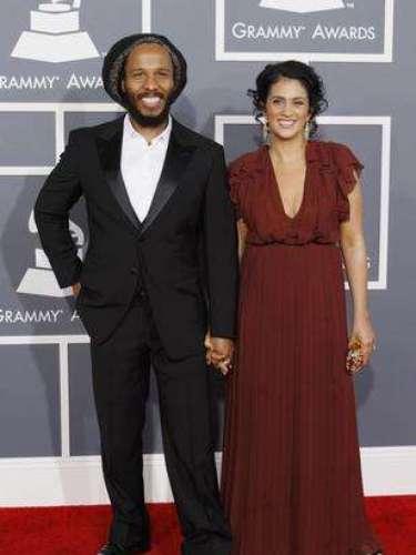 En la imagen vemos a Ziggy Marley, hijo de la leyenda del Reggae Bob Marley, junto a su esposa. Por cierto, el artista ofreció uno de los mejores números de la noche. ¡Busca más de los Grammy 2013 en Terra!