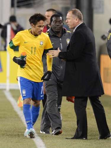 MANO MENEZES: El extécnico de la selección criticó que Neymar esté tentado a distracciones: La permanencia en Brasil le exigió contratos que le quitan mucho de su tiempo. Nosotros vemos que él está expuesto, pues uno necesita ejecutar bien tres cuestiones para estar bien: entrenarse, alimentarse y reposar. Messi jugó 90 minutos, marcó cinco goles, y quedó la impresión de que podría jugar otros 90 más porque puede concentrarse más en el equipo principal, pero en Brasil no es posible que Neymar haga eso. Es el precio, apuntó.