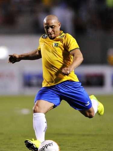 ROBERTO CARLOS: El exlateral izquierdo sabe que Neymar no está listo para grandes responsabilidades: En Brasil hacen falta referencias. No un jugador u otro, sino varios, como teníamos nosotros en el equipo de 2002, por ejemplo. No se va a cargar a Neymar con la responsabilidad de liderar al equipo. Quienes van a hacer eso son Thiago Silva, Kaká... Neymar tiene que limitarse a jugar al futbol y no preocuparse de tener que liderar nada.