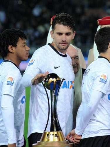 PAULO ANDRÉ: El jugador de Corinthians, dijo a la prensa brasileña que si Neymar quiere simular faltas que simule, y él simula bastante, pero que sea castigado, porque eso es antifutbol.