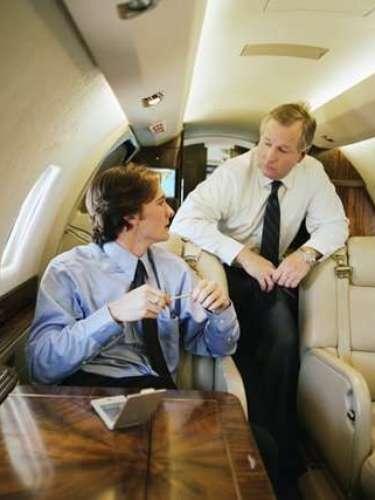 3. Que se levanten de sus asientos antes de que el avión se detenga al aterrizar. \