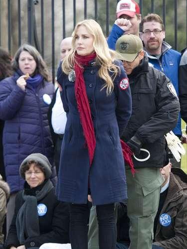 Algunos de los manifestantes se amarraron a los portones de la Casa Blanca con esposas de plástico mientras otros se sentaron en la calle y se negaron a moverse a pesar de las órdenes repetidas de la Policía.