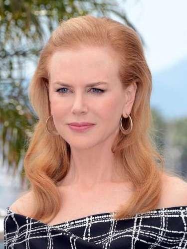 Un naranja pastel es el tono que ha elegido la mega estrella Nicole Kidman para lucir este peinado que lleva con el flequillo totalmente retirado del rostro, con ondas grandes y suaves. A la actriz australiana, con un rostro pálido y unos ojos azules, le queda estupendamente los tonos anaranjados con toques de rubio.