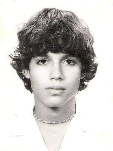 Pedro Martín José María Suárez-Vértiz Alva (su nombre de pila) nació en el Callao el 13 de febrero de 1969. Su vocación por la música la descubrió a los 6 años de edad, frente a un piano. A partir de ese momento, aprendió a tocar otros instrumentos como la guitarra, la armónica y la batería.