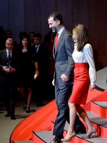 La combinación rojo-blanco fue un gran acierto que seguro le aplaudirán sus seguidores ya que no esun vestuario habitual en la princesa que apuesta poco por las prendas coloridas.