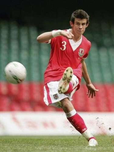 El 12 de septiembre se 'estrenó' con su país tras un gol de tiro libre ante Eslovaquia. En diciembre de 2006 se hizo acreedor al Carwin James, premio que otorga la BBC galesaal mejor deportista joven del año.