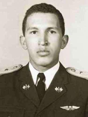 El presidente de Venezuela, Hugo Chávez, es fotografiado como teniente segundo en la Academia Militar de Caracas.