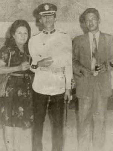 El presidente de Venezuela, Hugo Chávez, es fotografiado durante sus años en la Academia Militar con sus padres, Elena y Hugo.