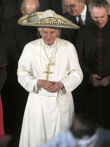 México.El Papa Benedicto XVI llega a México el 23 de marzo de 2012 en una visita oficial de 4 días. El santo padre realizó varias actividades en las ciudades de León y Guanajuato, en el estado de Guanajuato, donde recibió las llaves de invitado distinguido y ofreció una misa ante miles de personas en el Centro de Exposiciones de León. Una de las actividades más recordadas fue cuando Benedicto XVI salió del lugar donde se hospedaba para escuchar a un mariachi que le había llevado serenata y se puso un sombrero de charro.