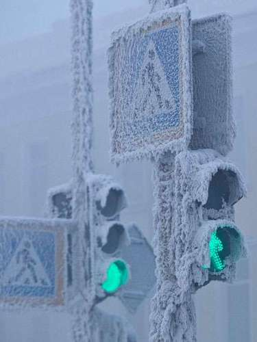 Only the Arctic has registered lower official temperatures, with a record of -129 ° F, close to the Russian station. Traffic lights in Yakutsk are encrusted in snow and ice.