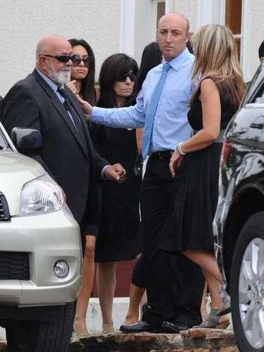 Amigos y familiares de Reeva se abrazan antes del funeral.