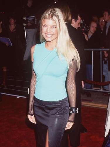 1999. En este año llevaba una melena en rubio cenizo que no era muy favorecedora y era claro que no sabía qué look quería proyectar. Chequen su fatal mezcla de acceosorios y prendas.