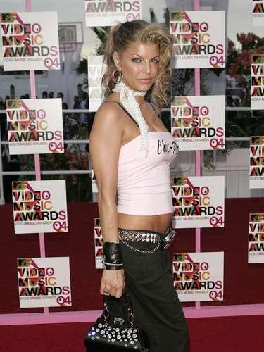 2004. Es cierto que muchos cantantes llevan su vestuario del show a la alfombra roja, pero esto jamás ha distinguido a ninguno de ellos. Bueno, exceptuando a Lady Gaga que consigue llamar la atención con casi todo lo que traiga puesto. En el caso de Fergie el fleco, los estoperoles y los pantalones capri fueron sus peores enemigos.