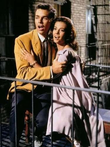 'Amor sin Barreras': Esta versión contemporánea de'Romeo y Julieta' se adaptó al cine en 1961 con Natalie Wood como 'Maria' y RichardBeymer como 'Tony'. Los jóvenes se enamoran a pesar de pertenecer a dos bandas neoyorquinas rivales de inmigrantes, los puertorriqueños, Sharks, y los irlandeses, Jets. El filme obtuvo un total de 10 premios Oscar incluyendo mejor película, mejor director, mejor actor de reparto, mejor actriz de reparto, mejor dirección artística, mejor música y mejor fotografía; sólo le faltó el de mejor guion, al cual también estaba nominado.