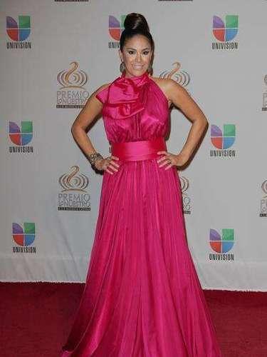 Muy anticuada Karla Álvarez, no atinó ni con el color, ni menos con el moño... demasiado estridente.