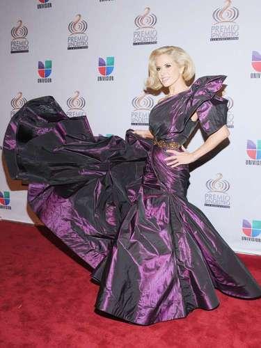 Gloria Trevi escogió un look de remolacha, de violeta y con mucho volumen para la premiación del 2011.