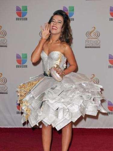 Beatriz Luengo usó ¿periódicos? , vestido reciclado...indescriptible.... en 2012 se llevó las miradas por su espantoso atuendo.