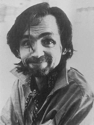 Manson encabezada este 'clan' como un culto. Sus miembros vivían en una especie de comunidad en las afueras de Los Angeles, donde analizaban el fin apocalítico del mundo.