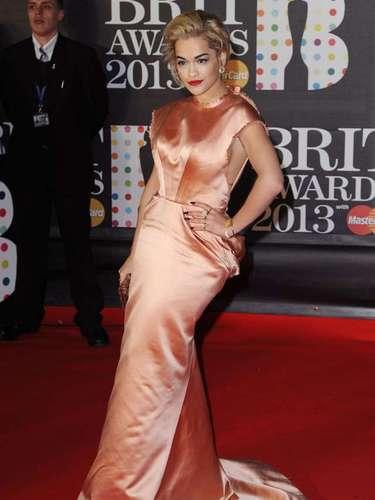 La cantante y compositora Rita Ora no dudó en querer impactar con su llegada.