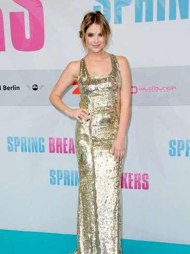 Junto con su vestido la actriz lució sus curvas acompañado con un espectacular escote en la espalda que la hacía ver como toda una estrella de Hollywood.