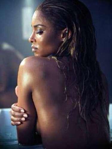 Ciara despierta los bajos instintos de un caballero desnudo al mover su cuerpecito con delicadeza y picardía por el agua en el video \