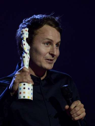 Singer Ben Howard waves after being presented with the British Breakthrough Act award at the BRIT Awards, celebrating British pop music, at the O2 Arena in London February 20, 2013.  REUTERS/Dylan Martinez (BRITAIN  - Tags: ENTERTAINMENT SOCIETY) FOR EDITORIAL USE ONLY. NOT FOR SALE FOR MARKETING OR ADVERTISING CAMPAIGNS.
