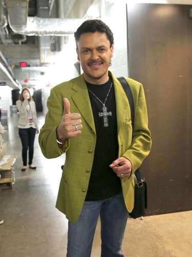 Pedro Fernández posa con su nuevo look al terminar de practicar su show para el PremioLo Nuestro.