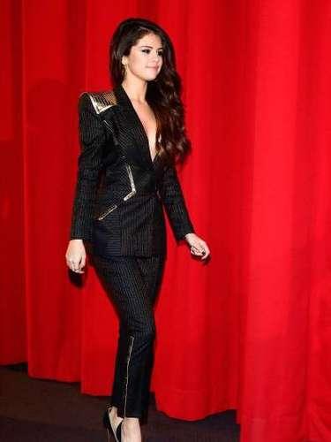 El traje perfectamente ajustado tenía un corte en las parte de atrás y con unos hombros estructurados de oro muy al estilo Michael Jackson.  La encantadora actriz de 20 años lucio este diseño con su cabello suelto y ondulado que la hacía ver elegante y muy sugestiva.