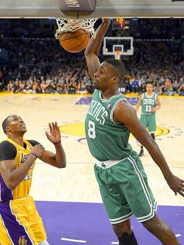 Celtics vs. Lakers: Jeff Green (8) clava el balón ante la mirada de Dwight Howard (12).