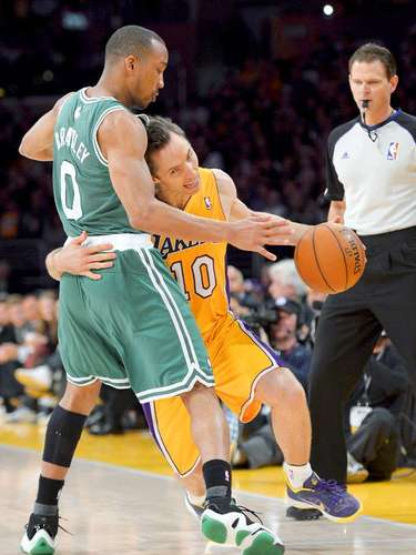 Celtics vs. Lakers: Steve Nash (10) intenta driblar la marca de Avery Bradley (0).