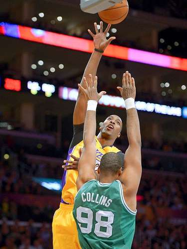 Celtics vs. Lakers: Dwight Howard lanza un tiro a la canasta ante la marca de Jason Collins.