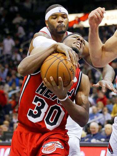 Heat vs. Hawks: Norris Cole (30) recibe una falta de parte de Josh Smith (5) .