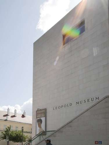 The photo created protests that the museum cover the genitals with a red band on the posters distributed throughout the city.