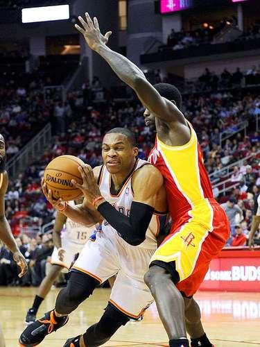 Thunder vs. Rockets:Russell Westbrook intenta driblar la marca dePatrick Beverley.