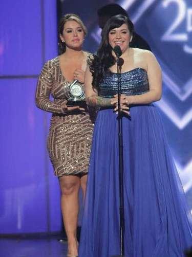 Artista Femenina del Año en la categoría pop: Jenni Rivera. El pemio lo recibieron sus hijas \