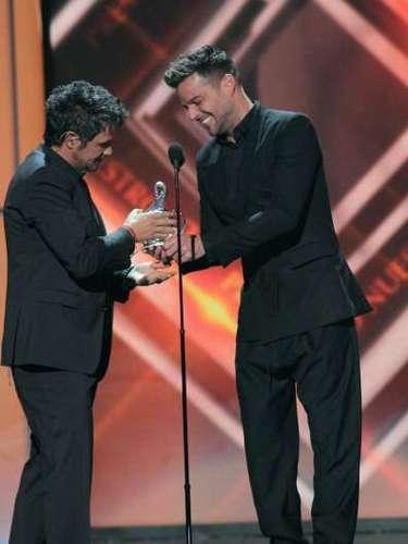 El español Alejandro Sanz recibió de manos de Ricky Martín un reconocimientoespecial al recibir el Premio Lo Nuestro a la Excelencia.