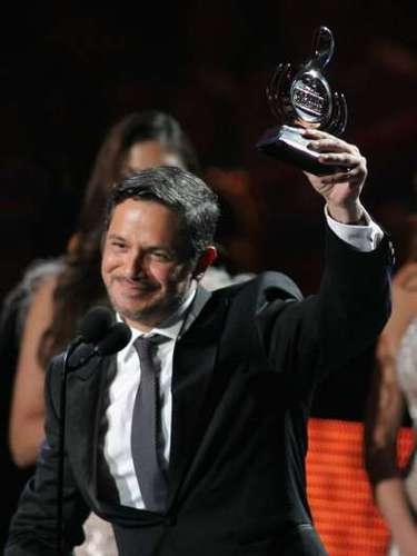 Alejandro Sanz recibió el premio por Artista Masculino del Año en la categoría pop.