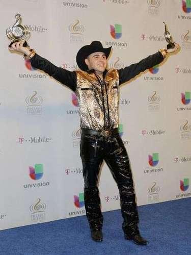 Gerardo Ortiz festejó a lo grande su victoria en Premio Lo Nuestro tanto que hasta la pose de 'I'm the king of the world' imitó.