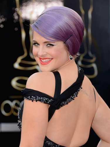 La crítica de moda Kelly Osbourne fue de las primeras.en llegar a la alfombra roja con su pelo púrpura y traje negro.