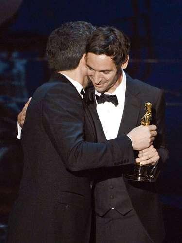 Ben Affleck felicitó amigablemente a Malik Bendjellouln luego de otorgarle el premio Mejor Documental por 'Searching for Sugar Man'.