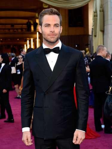 Chris Evans muy elegante de traje cruzado.