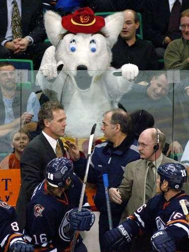 5. Harvey the Hound: Harvey ha estado entreteniendo a los fans de los Calgary Flames desde 1993, pero alcanzó su mayor fama en un partido de 2003 contra los Oilers de Edmonton (en la foto). Después de antagonizar el banco de los Oilers, el entrenador Craig MacTavish se enfureció tanto que arrancó la lengua de la boca de Harvey, y la arrojó a los aficionados. Harvey dio una vuelta para molestar a los Oilers un poco más antes de ser escoltado por la seguridad.