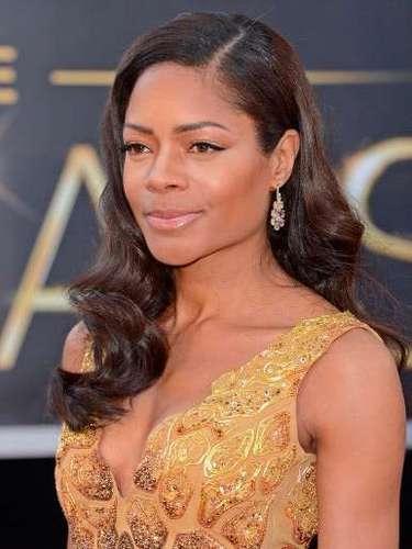 Naomie Harris, se arriesgó demasiado con este vestido de oro, que al parecer se cortó desde el tobillo hasta la cintura.