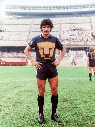 Luis Flores es el delantero con mejor técnica que ha surgido de la cantera de Pumas, donde jugó de 1980 a 1988, excepto la temporada 1986-87, donde militó en el Sporting de Gijón. Fue campeón de goleo en su último torneo con Universidad, antes de fichar con el Valencia.