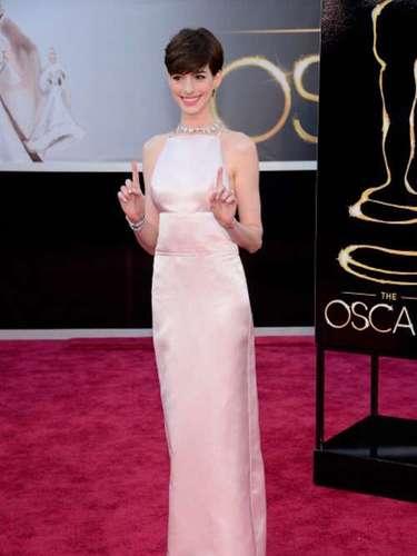 Anne Hathaway, ganadora del Oscar como Mejor Actriz de Reparto en 2013, luciósu famoso vestido Prada en la alfombra roja. La prenda se convirtió en un meme en las redes sociales.