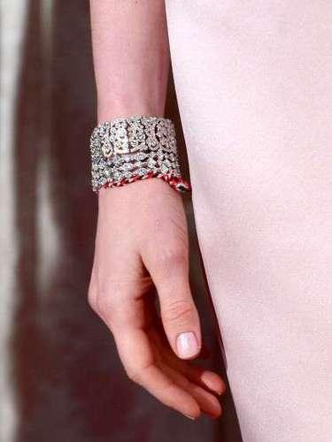 Hathaway llevó con su look este fabuloso brazalete Tiffany, aunque al parecer olvidóretirar de su muñeca una manilla que se alcanzaba a notar enredado entre la exclusiva joya. Seguramente es su pulsera de la buena suerte.