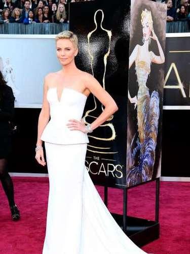Charlize Theron fue otra estrella que lució impecable en los Oscar 2013. Este espectacular trajeblanco de Dior Haute Couture entró para la historia de la premiación como uno de los más elegantes.