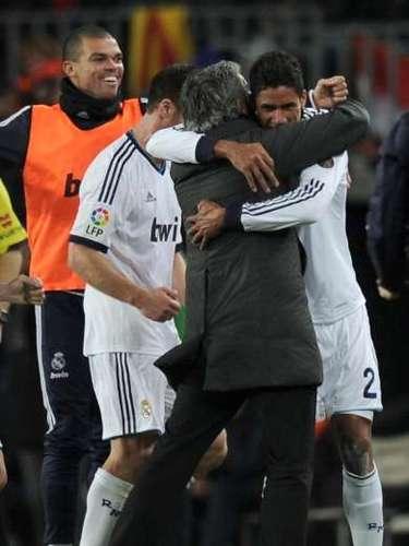 Varane y Mourinho celebran el tercer gol.