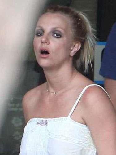 Look 3: Vestido ibicenco blanco, maquillaje excesivo y coleta